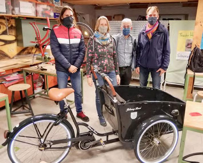 """Die Jurymitglieder mit neu getaufter """"LaRa"""" in der BUNI-Fahrradwerkstatt"""