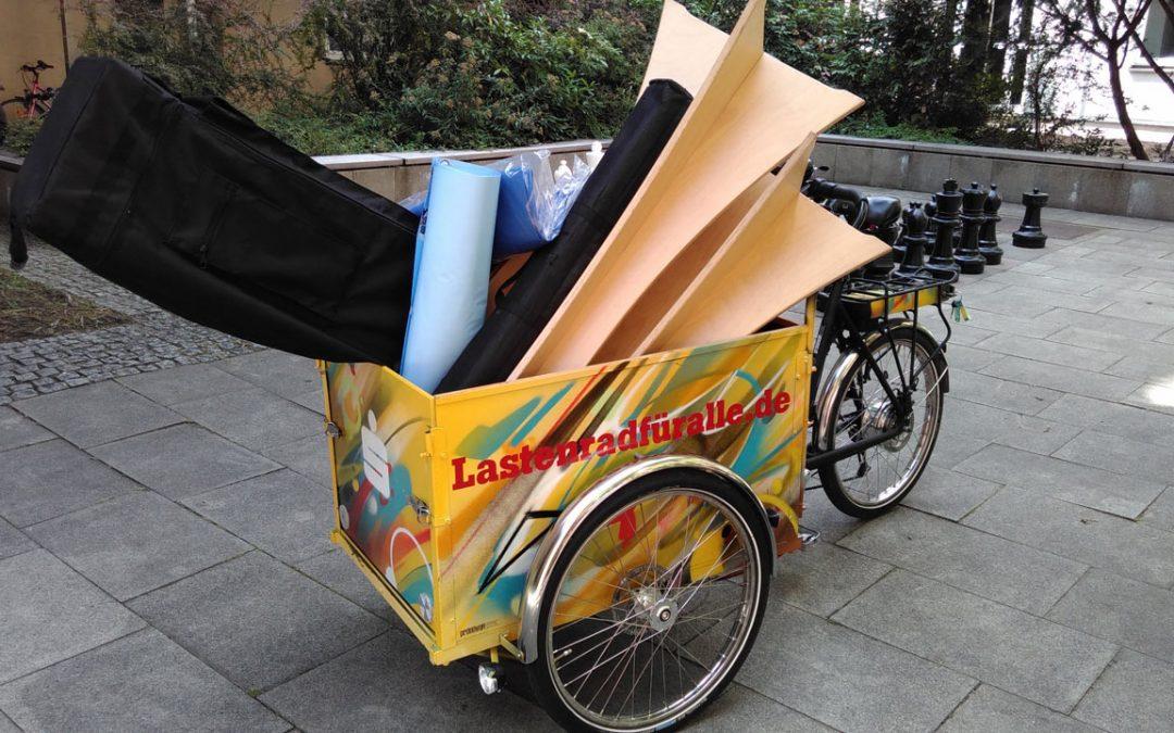 KLARA transportiert den ganzen Bluepingu Stand